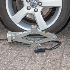 Elektrischer Wagenheber mit Radschlüssel