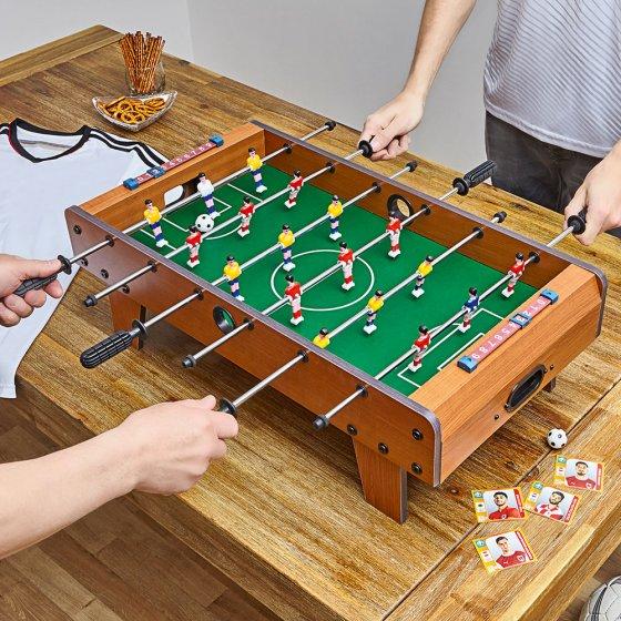 Tisch-Fußballkicker mit Füßen